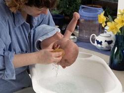 Trẻ sơ sinh: Không phải cứ tắm nhiều là tốt!