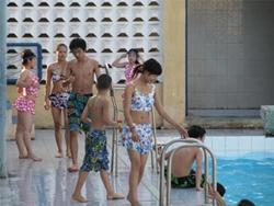 Hỏi: Bơi chung bể với con trai, có dính bầu?
