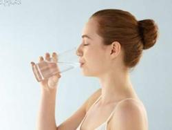Có nên uống nước muối loãng vào mỗi sáng sớm?