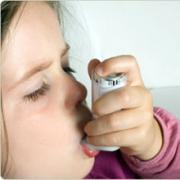 Trẻ dễ hen suyễn nếu sống ở nơi đông đúc, bụi bặm
